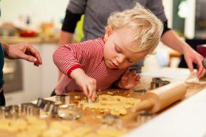 Plätzchenbacken, Vorweihnachtszeit, Kind, Leipzig, Sachsen, Deutschland * cookie baking, Leipzig, Saxony, Germany