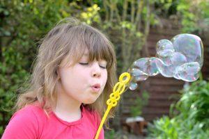 belle jeune fille faisant des bulles